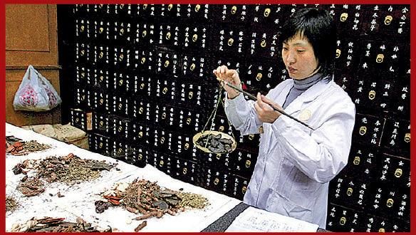 圖為中藥配藥員在北京一間中藥舖「執藥」。(Guang Niu/Getty Images)