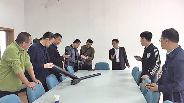 臨沂工商派人來胡力任的公司調查,左二是李副局長。(受訪者提供)