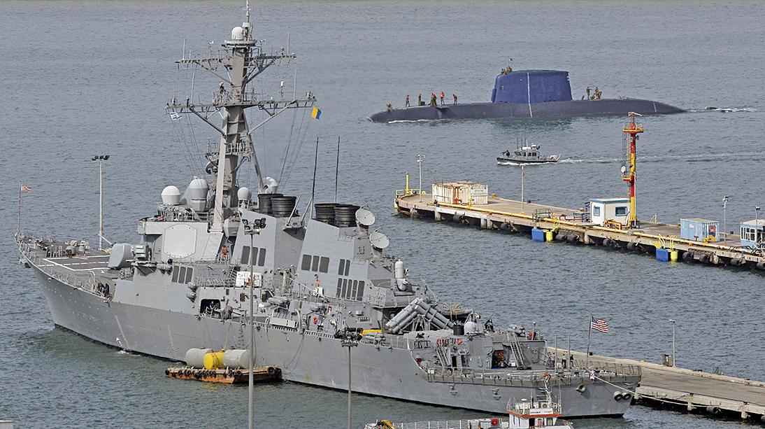 美國海軍迪凱特號驅逐艦於9月30日在南海航行時,遭一艘中共軍艦逼近。圖為迪凱特號2009年10月21日停靠在以色列港口。(AFP)