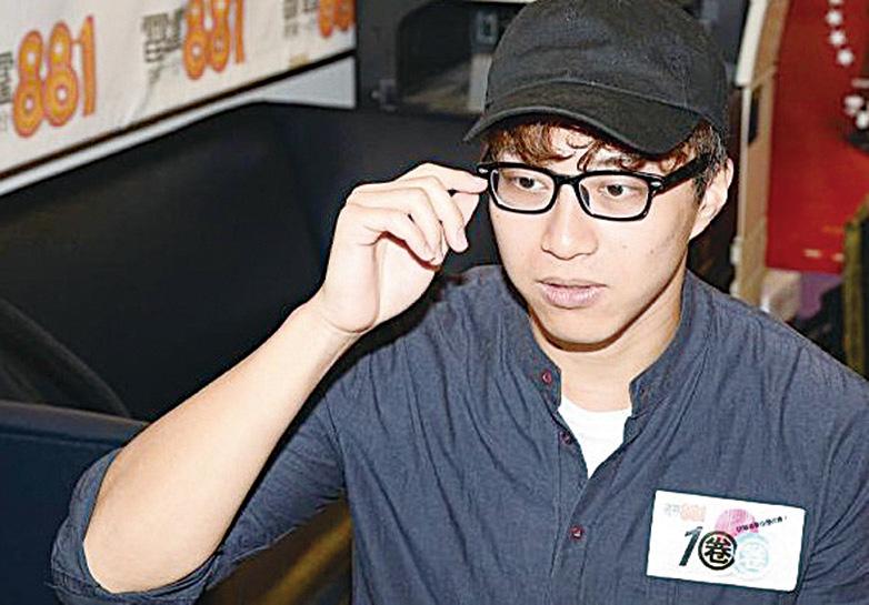 吳業坤到電台宣傳新歌,透露新歌MV中扮演學生重溫校園初戀感覺。(網絡圖片)