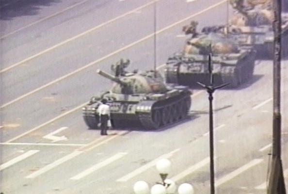 圖為1989年6月5日隻身阻擋坦克車隊入城的王維林。(Getty Images)