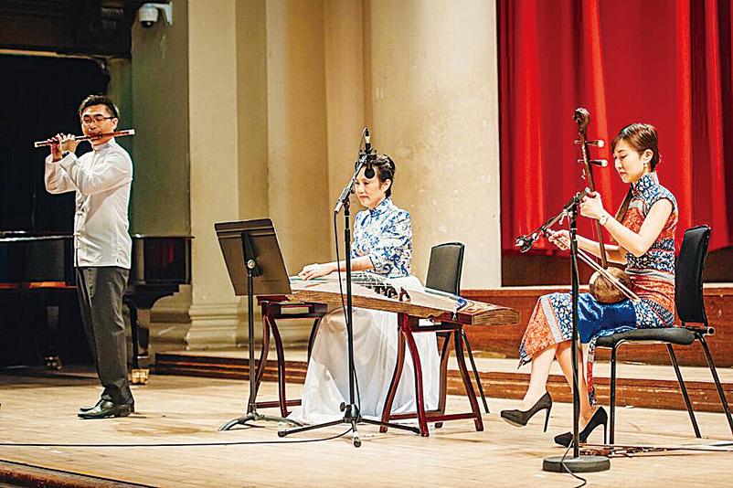 何兆昌(左)與許菱子(中)及陳璧沁(右)以中樂表演系列曲目。(受訪者提供)