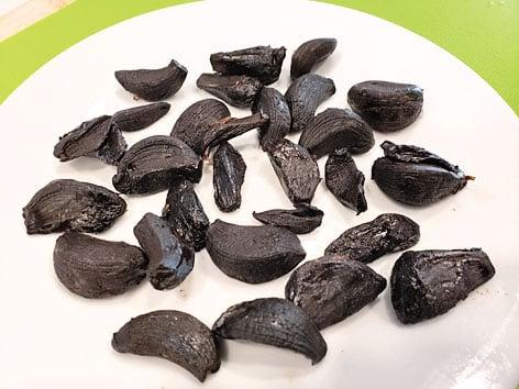 黑蒜中的微量元素含量較高,具有抗氧化、抗酸化的功效。