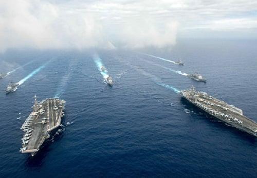 彭斯在講辭中指摘中方在南海的軍事擴張,強調美國海軍將繼續在國際法的容許下飛行、航行及行動,不會退縮。(US Navy)
