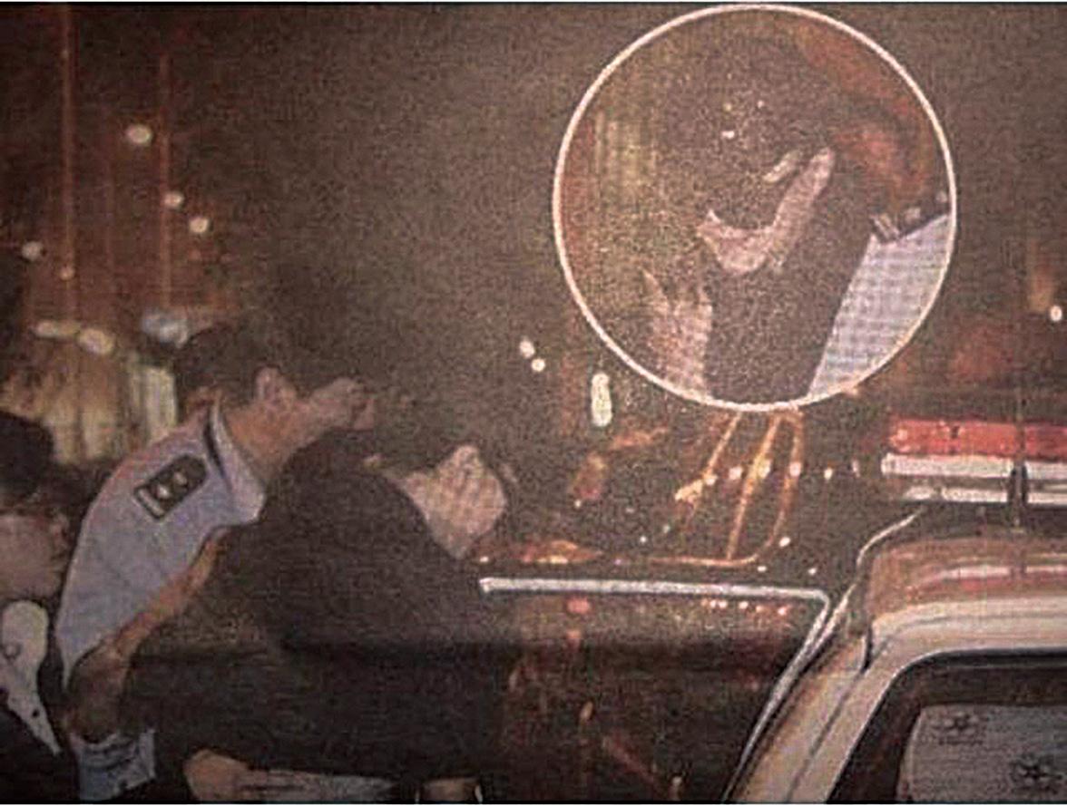 8月8日,網絡上盛傳范冰冰被警方押上警車的照片。(網絡圖片)