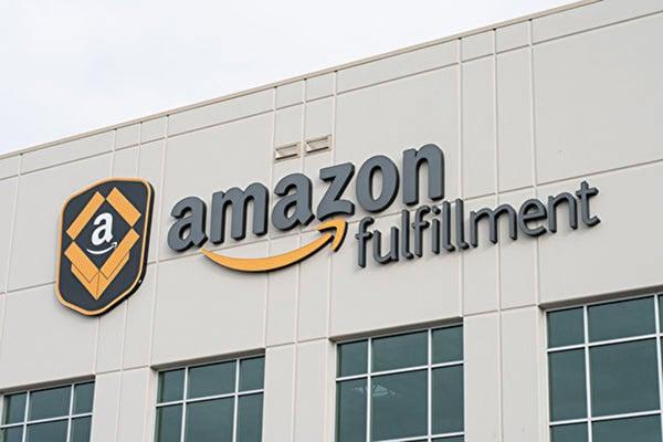 亞馬遜周二(10月2日)宣佈,提高所有美國員工的最低時薪至15美元,從下個月起生效,數十萬名亞馬遜員工將會受益。(GRANT HINDSLEY/AFP/Getty Images)