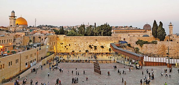 耶路撒冷舊城的西牆(又名哭牆),猶太教最重要的地點,背景右側是阿克薩清真寺,左側是圓頂清真寺。(AFP)