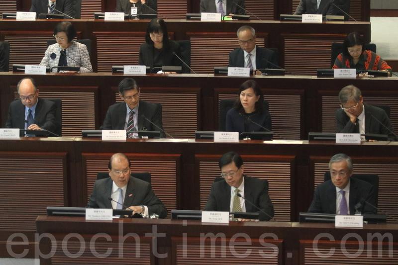 政務司司長張建宗與9位局長及多位署長,出席立法會內務委員會特別會議。(蔡雯文/大紀元)