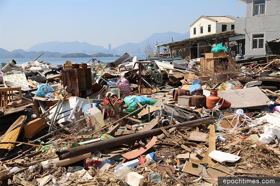 吉澳漁民村在山竹襲港期間受到重創,大量垃圾在打風後三周仍堆積在村前空地。(陳仲明/大紀元)