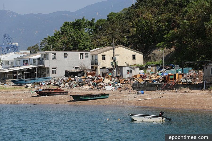 颱風「山竹」襲港三周後的10月6日,吉澳漁民村前仍堆積大量垃圾,等候清理。(陳仲明/大紀元)