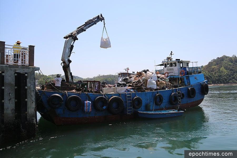 食環署安排每日一班船隻前往吉澳收集垃圾。(陳仲明/大紀元)