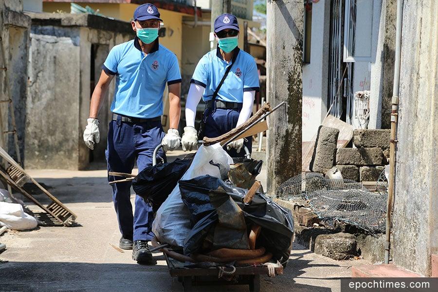 在剛過去的周末期間,民安隊派出每日50人前往吉澳支援,幫助清走大量垃圾,鋸斷阻路的大樹,協助小島居民恢復正常生活。(陳仲明/大紀元)