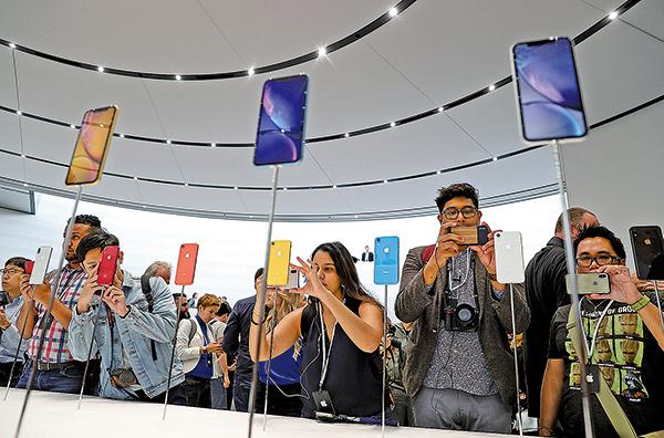彭博社關於中共間諜芯片的報道,讓產業鏈主要設在大陸的蘋果公司股價受到衝擊。圖為iPhone新手機型號展示現場。(Justin Sullivan/Getty Images)