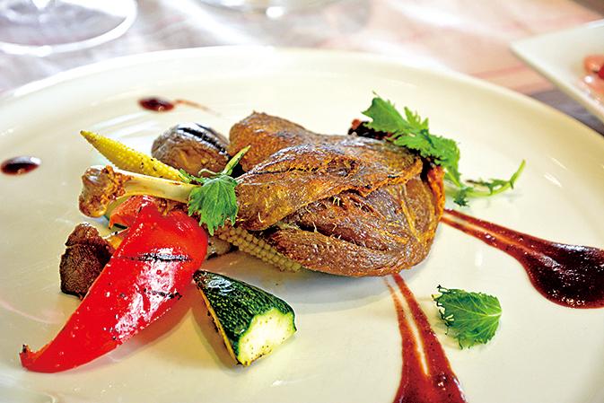 經典菜油封功夫鴨腿是經過低溫油煮1.5個小時才能柔軟入味。