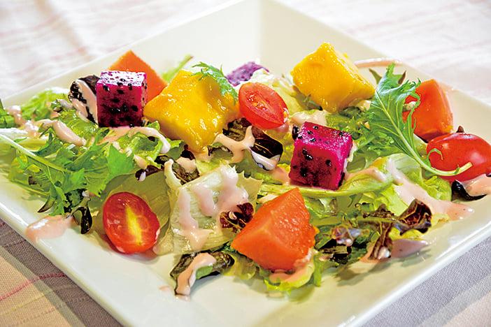清爽可口的野莓乳酪水果沙律。