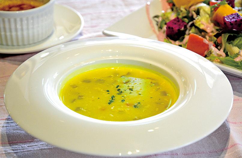 濃郁的薑黃蔬菜濃湯。