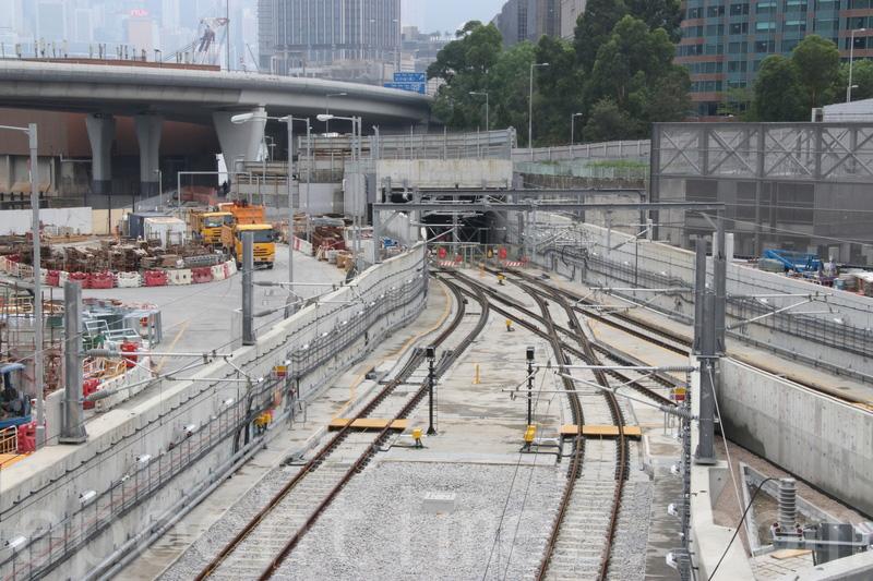 發展局昨日宣佈,禮頓建築因紅磡站施工問題被罰暫停投標工程資格一年。圖為港鐵沙中綫紅磡站地盤。(大紀元資料圖片)