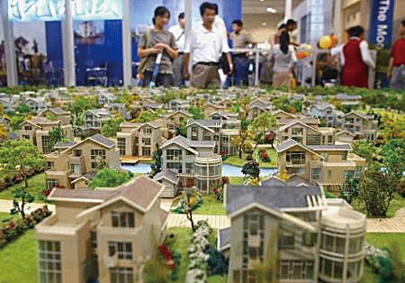 大陸一線及部份二線城市的房價快速上漲,多數民眾根本負擔不起。圖為上海一房產交易所(網絡圖片)