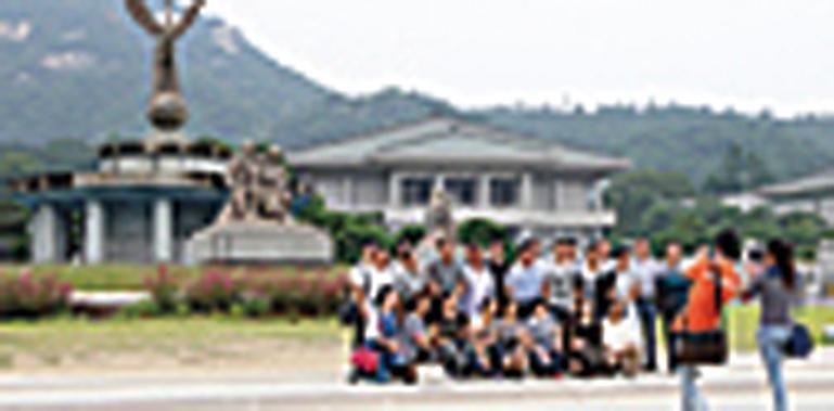 中國人出境遊還兼辦其他事,像考駕照、看病、買房等。圖為在南韓青瓦台觀光的中國遊客。(全宇/大紀元)