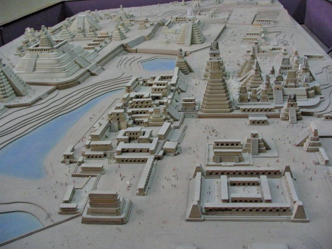 瑪雅古城有著繁華的政治和經濟貿易網絡,比考古學家們之前認為的更加複雜。圖為瑪雅文明中最大的遺棄都市之一,蒂卡爾的市中心重建模型。(維基百科)