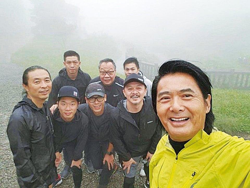 周潤發在工作人員的陪同下前往陽明山二子坪步道慢跑。(双喜提供)