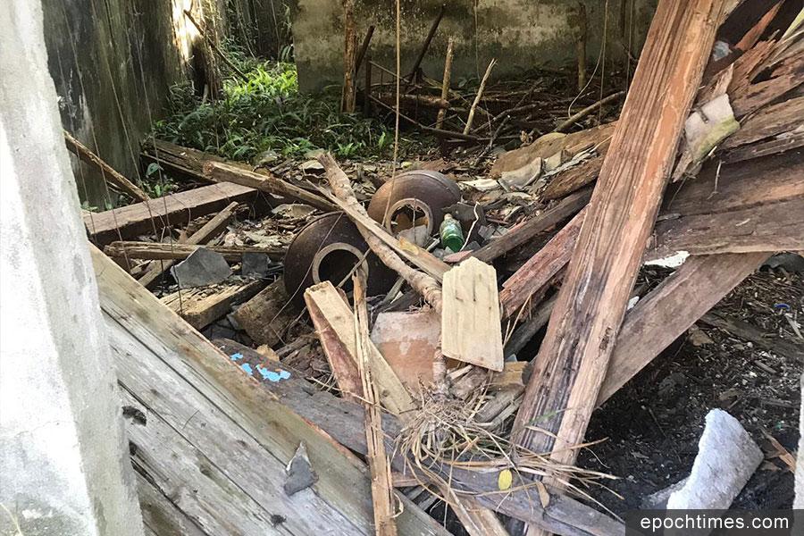 廢棄村屋內堆積了大量由颱風「山竹」吹來的各類垃圾。(義工提供)
