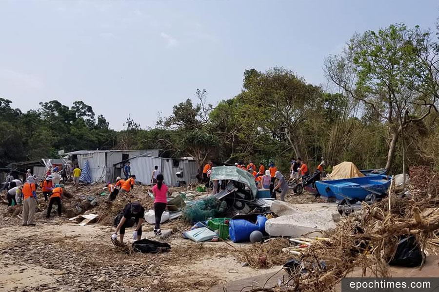 東平洲海灘滿佈塌樹垃圾,義工前往協助清理。(「青山友之行」Facebook)