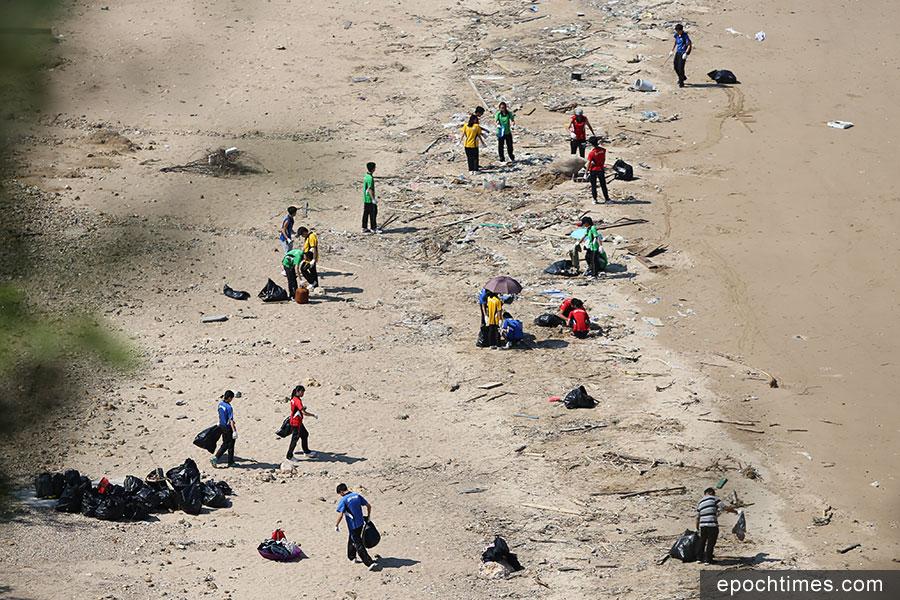 學生們清潔吉澳東澳灣。(陳仲明/大紀元)
