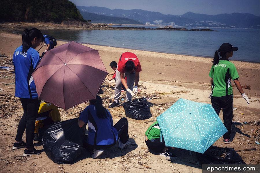 學生們清潔吉澳東澳灣。(受訪者提供)