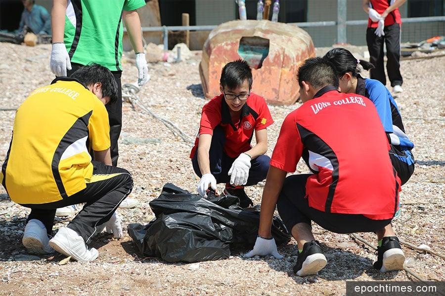 學生們在鴨洲貝殼灘清理各類垃圾。(陳仲明/大紀元)
