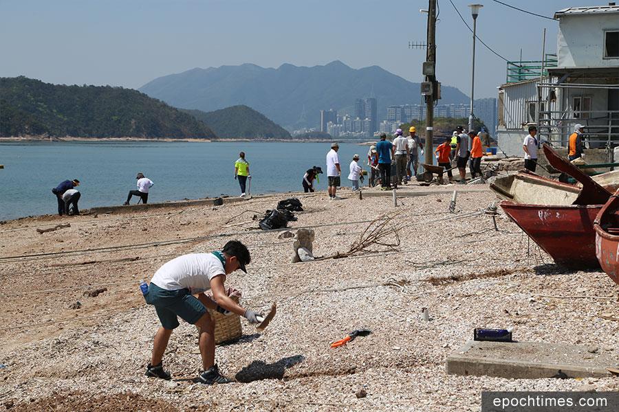 義工參與自發行動到鴨洲,協助村民清理砂石垃圾。(陳仲明/大紀元)
