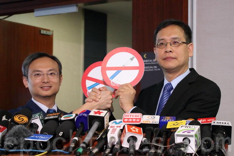 立法會議員葉建源(右)與陳沛然促請林鄭月娥在《施政報告》中,加入全面禁止電子煙和加熱煙的措施。(蔡雯文/大紀元)