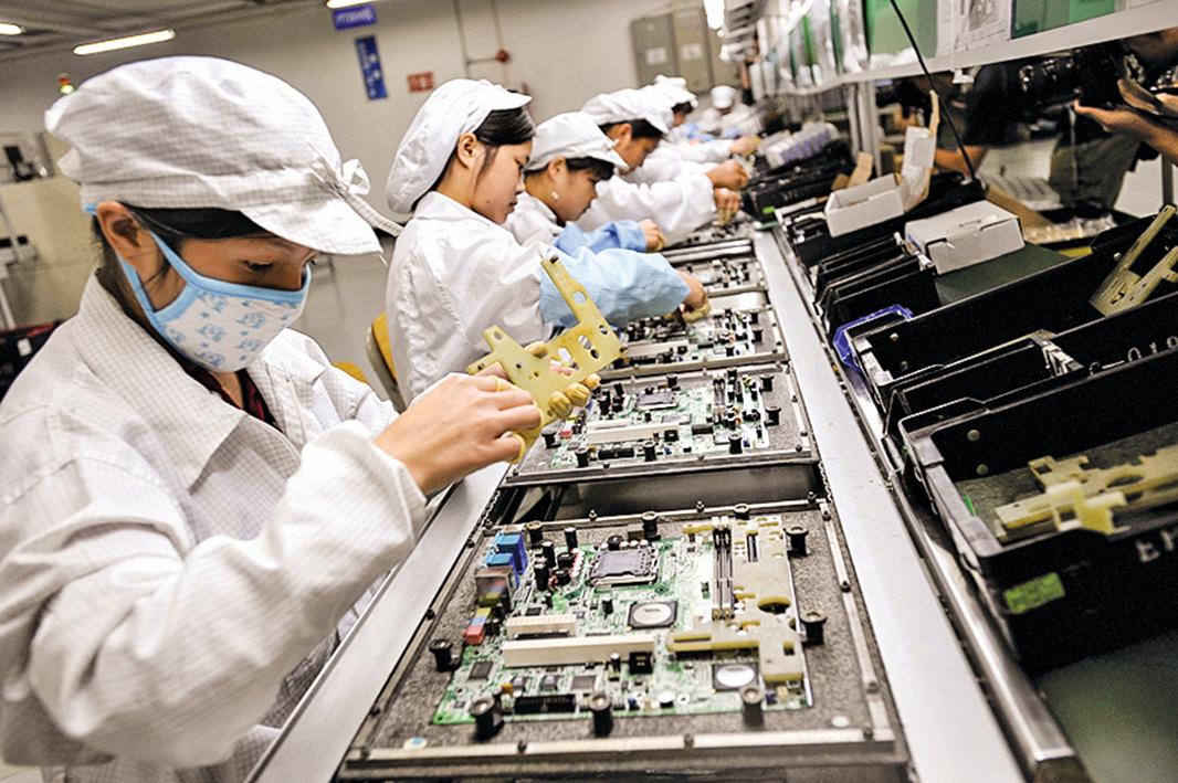中國是全球電子產品產業鏈中的「生產基地」,但這一角色很可能被迫發生變化。(AFP)