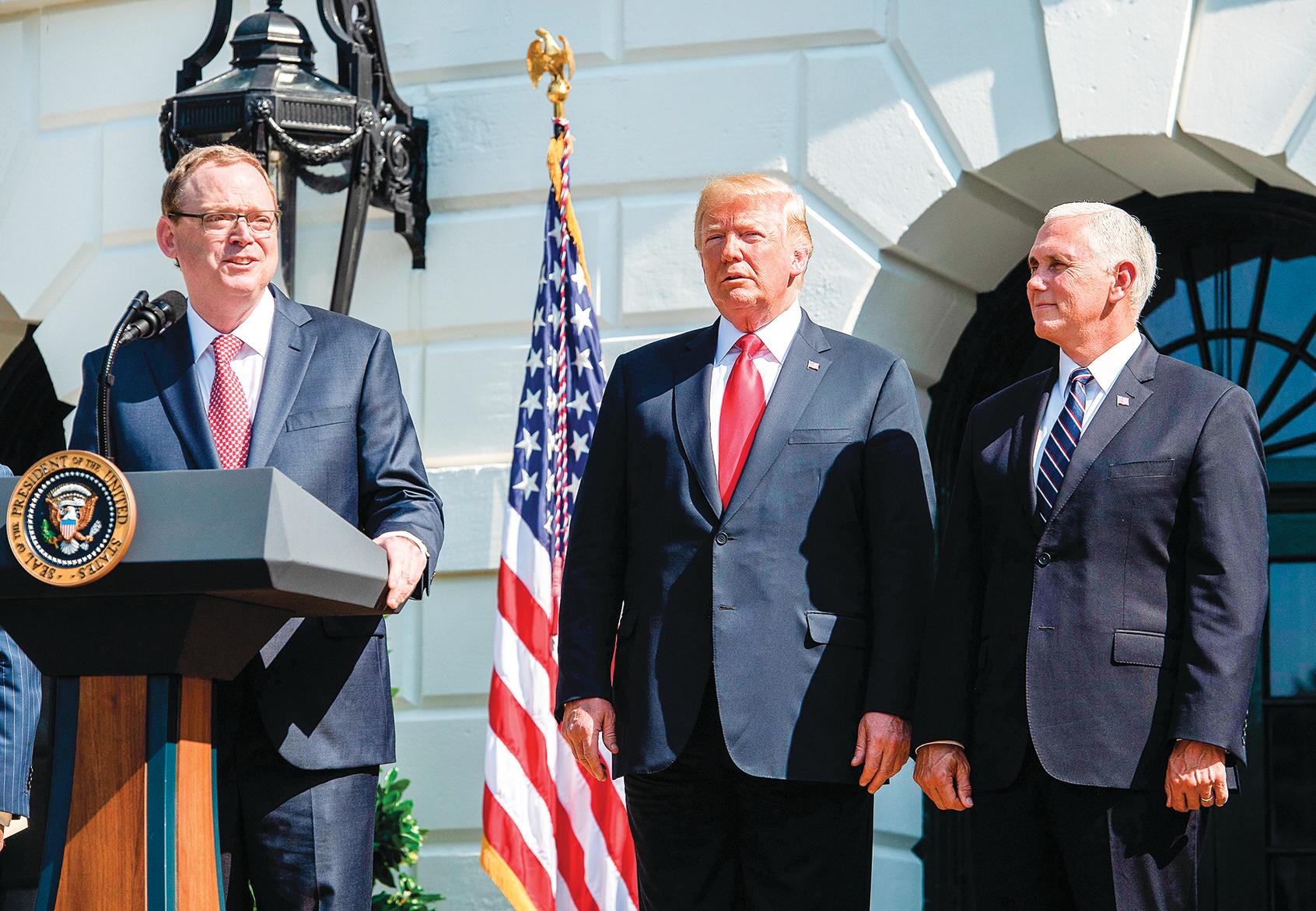 白宮經濟顧問委員會主席哈賽特(左),在今年7月白宮的一個關於美國經濟的記者會上講話。(AFP)