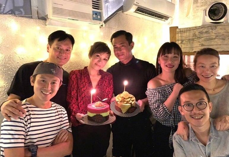 余安安(左三)、古天樂(右四)與幾位好友晚飯慶生合照。(余安安微博圖片)