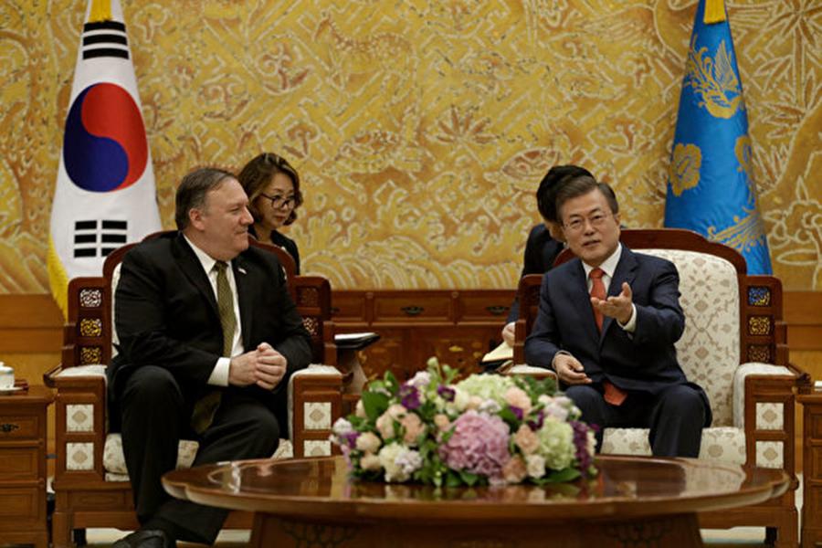 週日(10月7日)蓬佩奧到訪北韓,跟北韓領導人金正恩短暫會晤後,隨即前往南韓,向總統文在寅及外長康京和簡介北韓訪問的成果。 (AHN YOUNG-JOON/AFP/Getty Images)