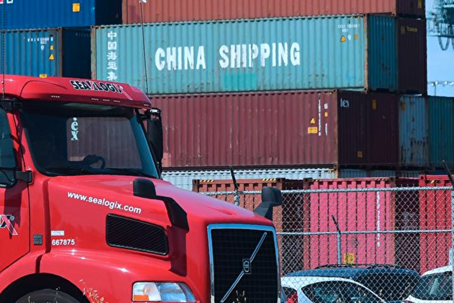 中美這場貿易戰自7月6日美國第一輪關稅措施起算,已有三個月。期間,美國經濟發展一片繁榮、被譽為是一代人的最好年代;而中國被稱是2008年金融危機以來最糟的時候。圖為美國加州長灘(Long Beach)港口堆放的中國貨品集裝箱。(Getty Images)