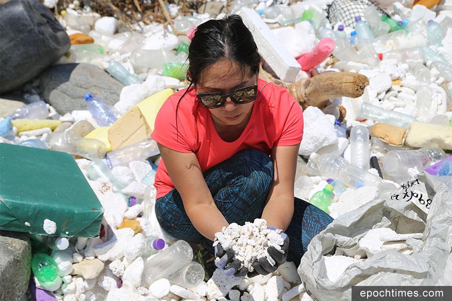 Kitti感慨海灘上佈滿大量發泡膠粒垃圾。(陳仲明/大紀元)
