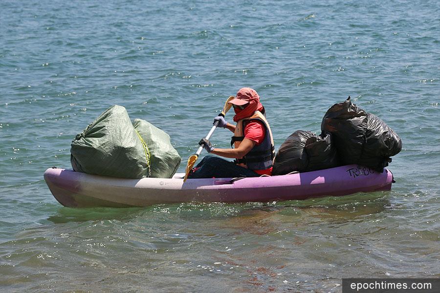 海洋拾荒者Kitti划獨木舟出海,到訪西貢區內不同海灘清理垃圾。(陳仲明/大紀元)