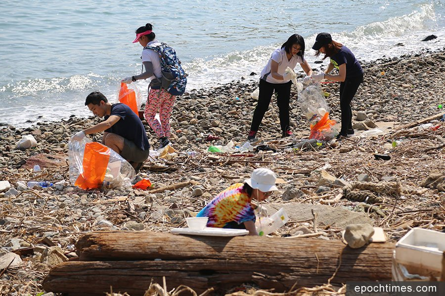 義工在南丫島北角咀海灘收集到大量塑膠垃圾。(陳仲明/大紀元)