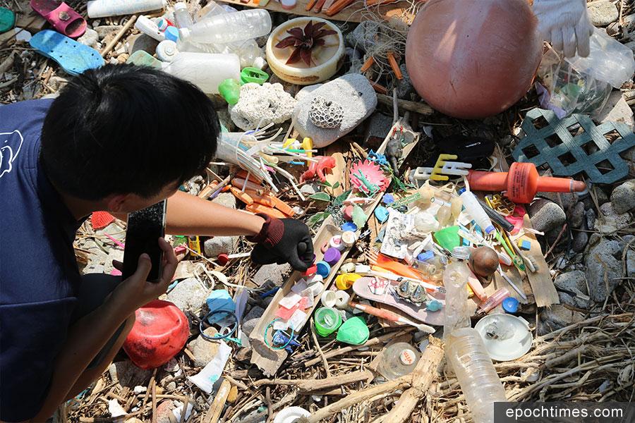 義工在南丫島北角咀海灘收集到的各類特別垃圾。(陳仲明/大紀元)