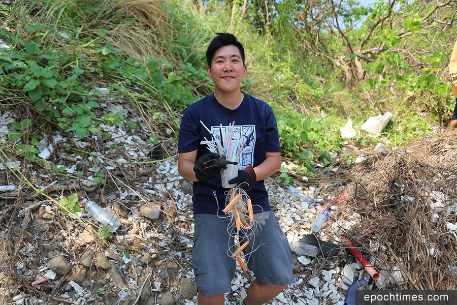 資深環保人士Ka Wing Chan在風災之後參與過不少淨灘活動。(陳仲明/大紀元)