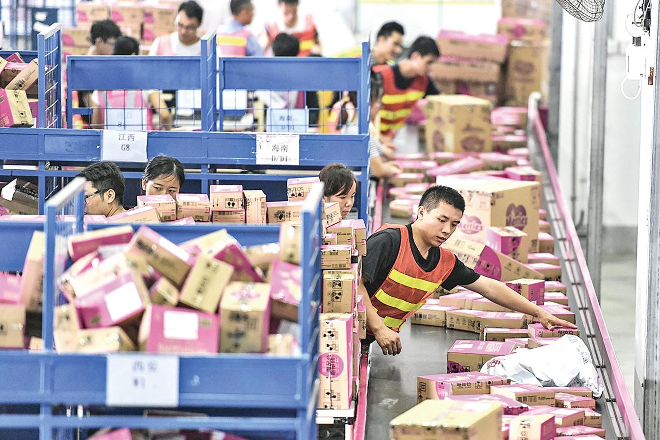 中國大陸企業為躲避美國加徵關稅,偷換海關編碼。圖為2017 年11月,廣州南沙保稅倉內景。(大紀元資料室)