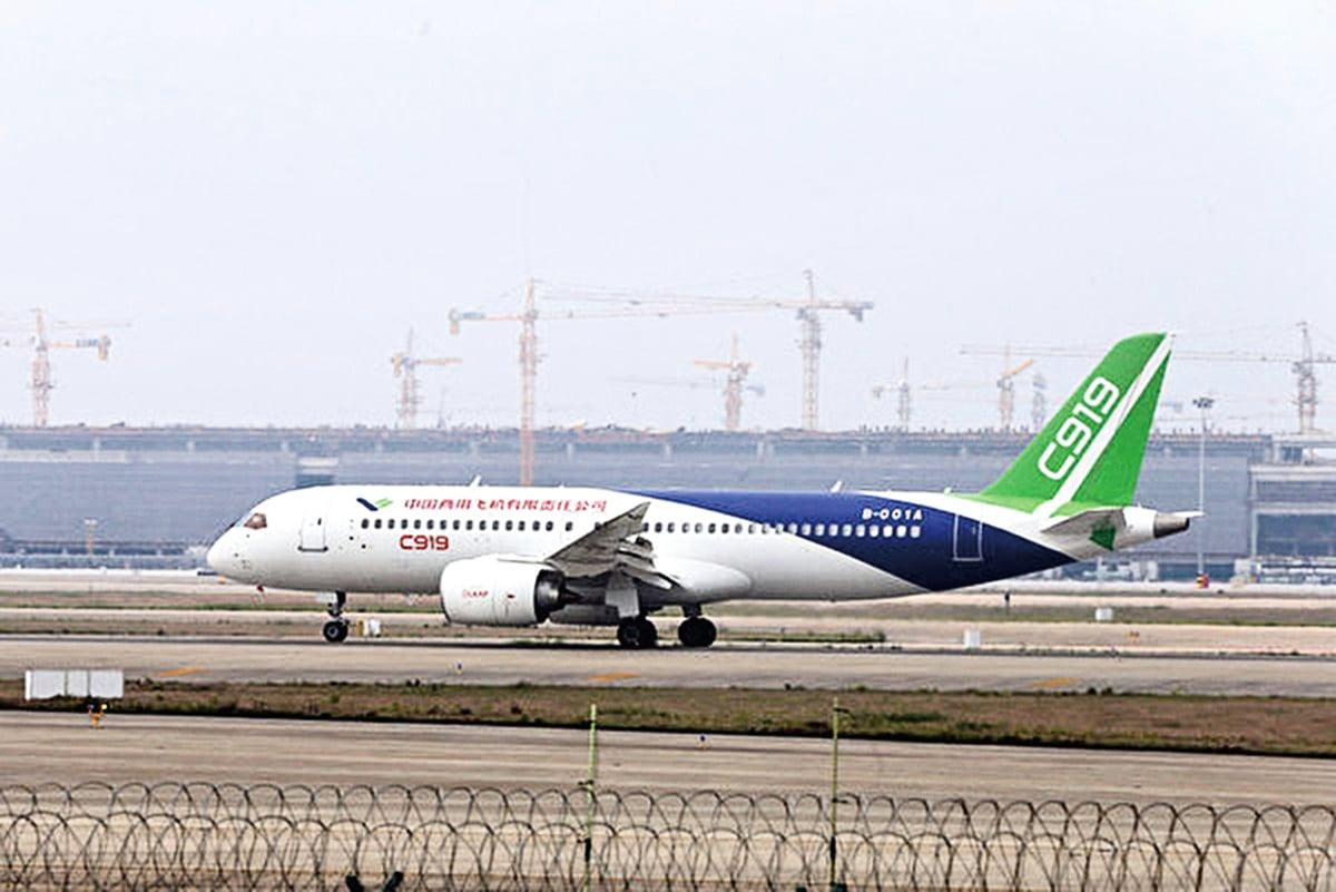 中國國產客機C919於2017年5月正式首飛。中共官媒稱C919突破了技術封鎖,不過央視承認C919的「殼子」來自中國企業,而關鍵部分都來自外國企業。(AFP/Getty Images)