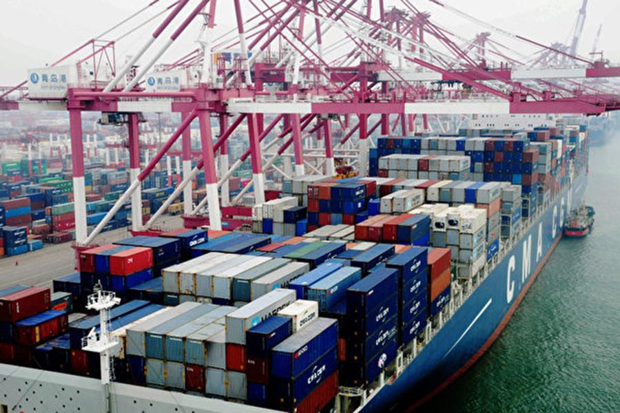 在美國對中國產品加徵關稅後,一些中國出口商通過更換海關商品編碼以及轉運第三國來逃避美國關稅。圖為大陸青島港一景。(AFP)