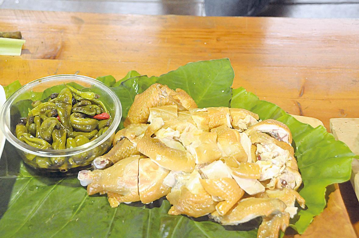 部落的放山土雞用稻草煙熏料理