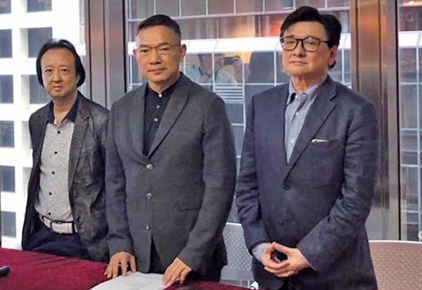 立法會議員謝偉俊(中)表示,計劃與財政司、證監會等有關部門聯絡,檢視是否監管出現漏洞,保障小股東利益。(公關提供)