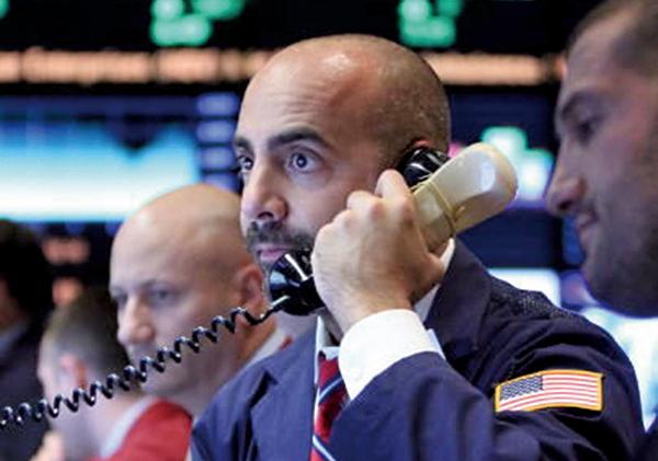 在利率攀升恐衝擊企業獲利的擔憂下,10月10日美股三大指數同步重挫逾3%。(影片截圖)