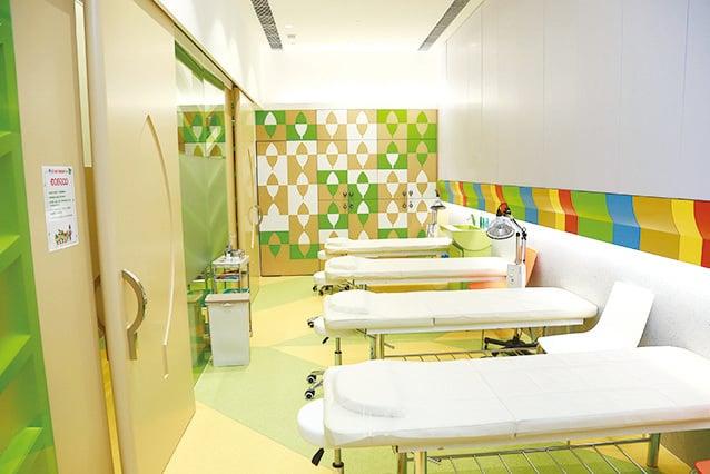 彭少衍去年在中港開辦了首間兒童中醫診所,為小朋友們提供中醫服務。(受訪者提供)