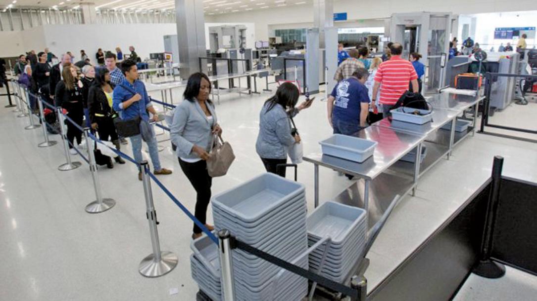研究指出,機場的安檢區裏,放置個人物品的公共托盤是機場裏細菌最多的地方!(Wilfredo Lee/Associated Press)